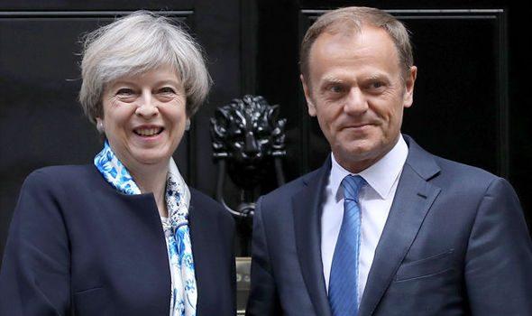 Theresa May vence o voto de não confiança