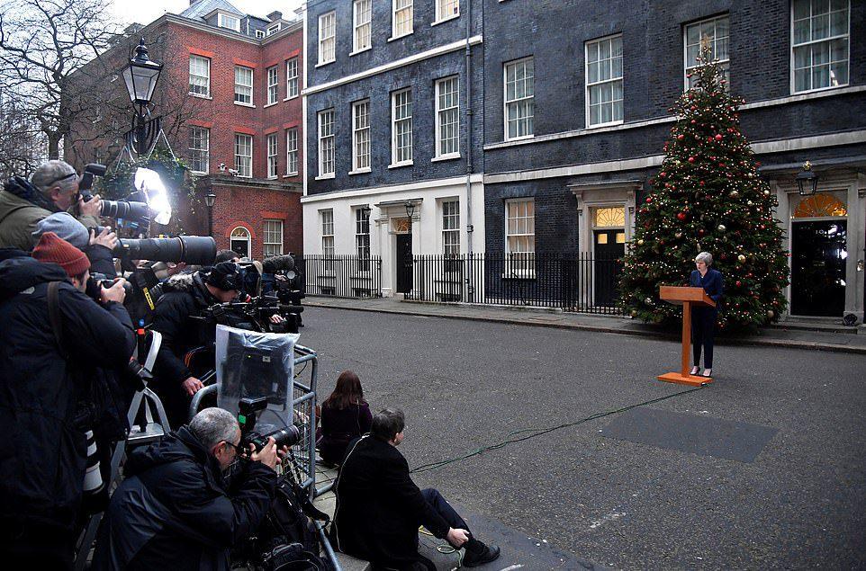 Theresa May desafia a oposição e defende o voto de não-confiança