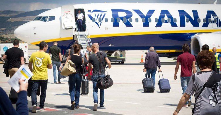 Ryanair multada em três milhões por cobrar bagagem de mão