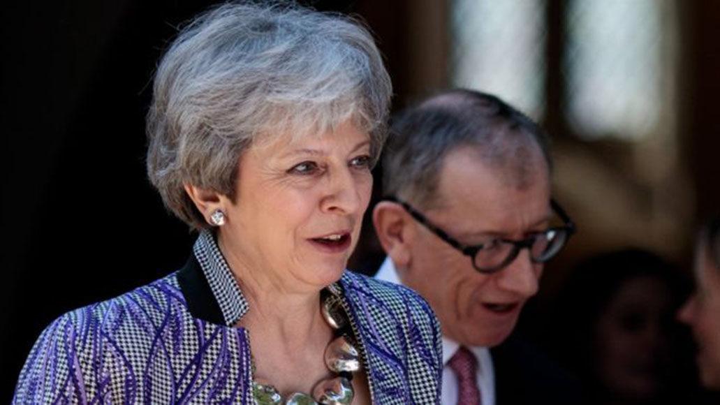 Theresa May safa-se de um voto de confiança dos conservadores e mantém-se no poder