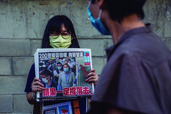 Hong-Kong: POPULAÇÃO COMPRAJORNAIS DE PROPRIETÁRIO DETIDO