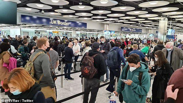"""Heathrow diz que é """"impossível"""" manter o afastamento social dos passageiros"""