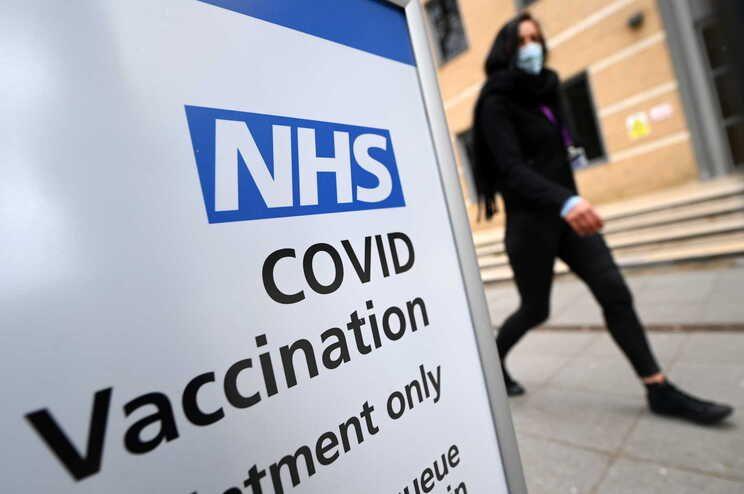 Covid-19: Reino Unido abre vacinação a pessoas com 44 anos